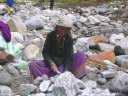 Тибетка  колет камни молотком